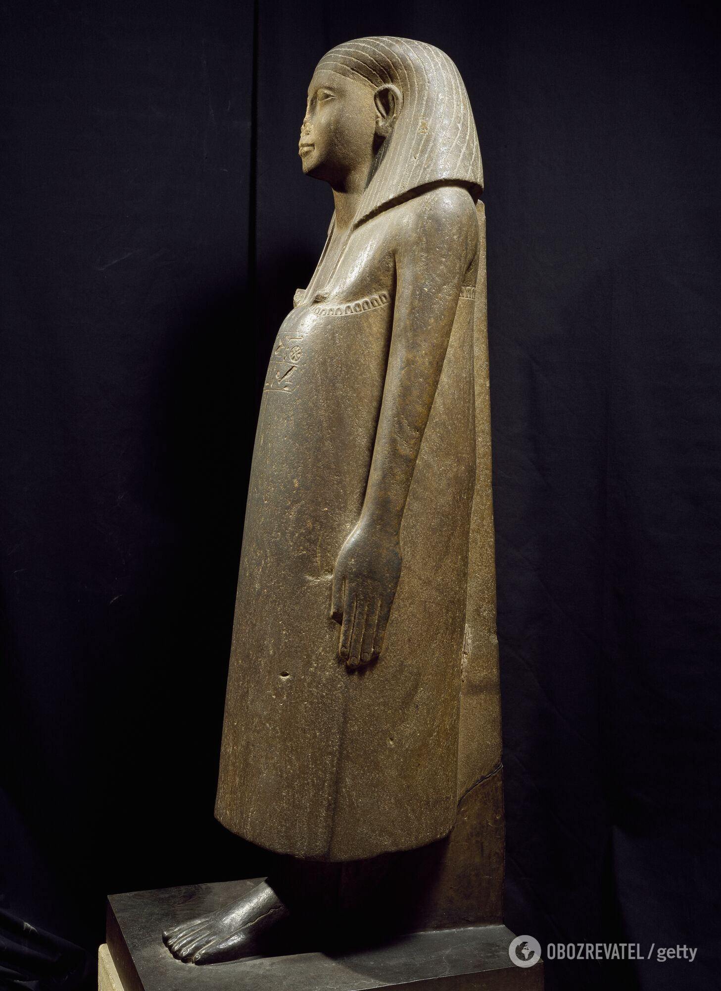 Єгипетська статуя з відбитим носом у Луврі