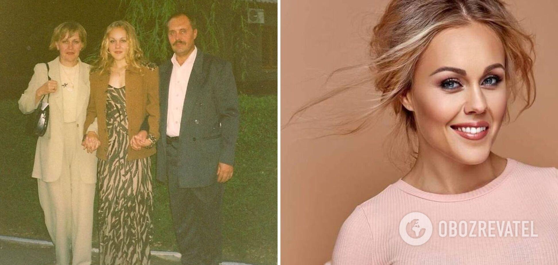 Співачка Альоша на випускному фото позує з батьками